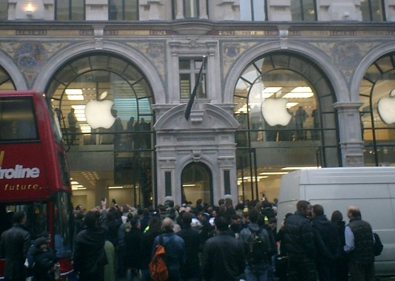 Apple retail store opening at 10am on 20 November 2004.